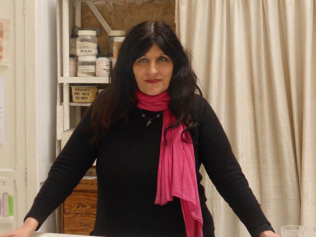 Coline Fabre dans son atelier à sa table de peinture